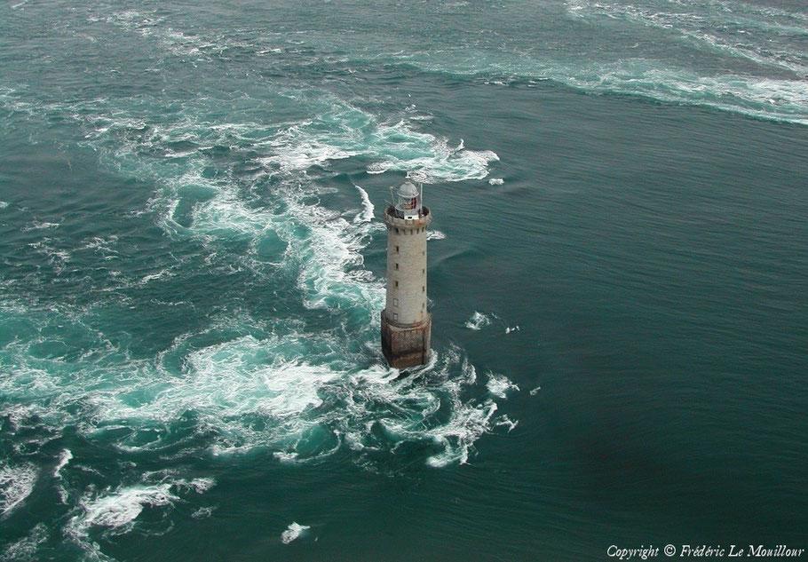Le phare de Kéréon, le dernier phare français construit en mer entre 1907 et 1916 dans le chenal du Fromveur  au courants particulièrement forts (photo Frédéric Le  Mouillour site Survol de France)
