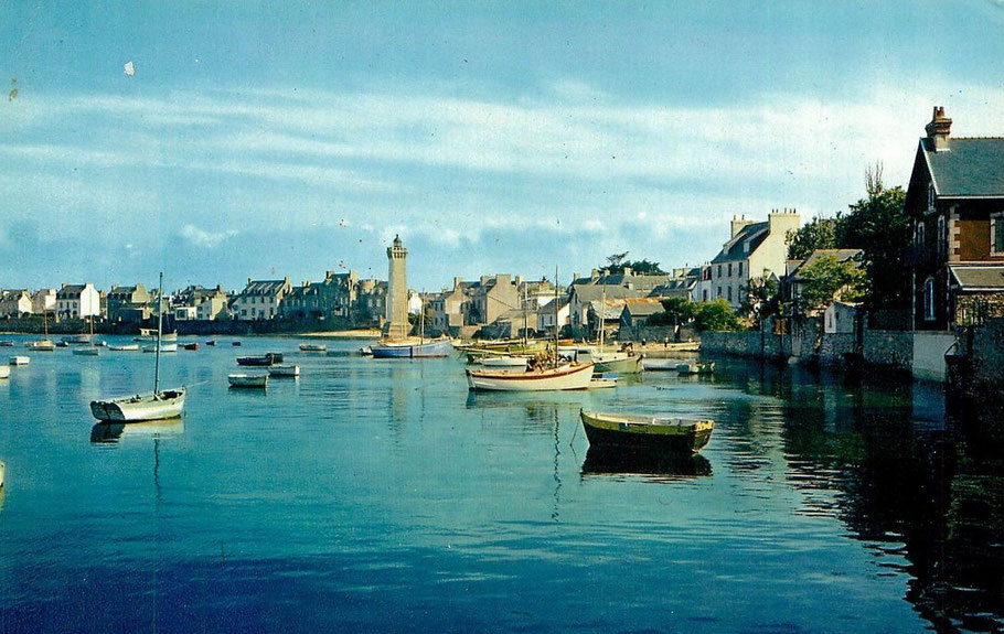 Le vieux port à pleine mer dans les années 60, la mer est dans la ville, le long des maisons