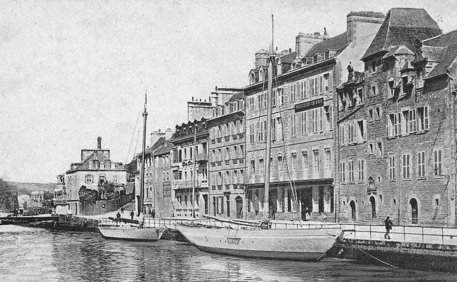 Deux yachts désarmés au bassin de Morlaix,  le Furcheur était-il semblable au plus petit ?