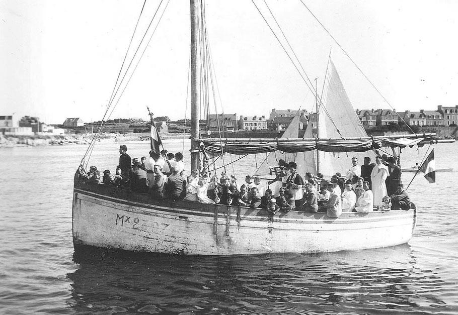 Le Roc'h Glaz Mx 2307 un jour de pardon avec toute la procession et de nombreux ecclésiastiques  à bord (coll. Cuzon)