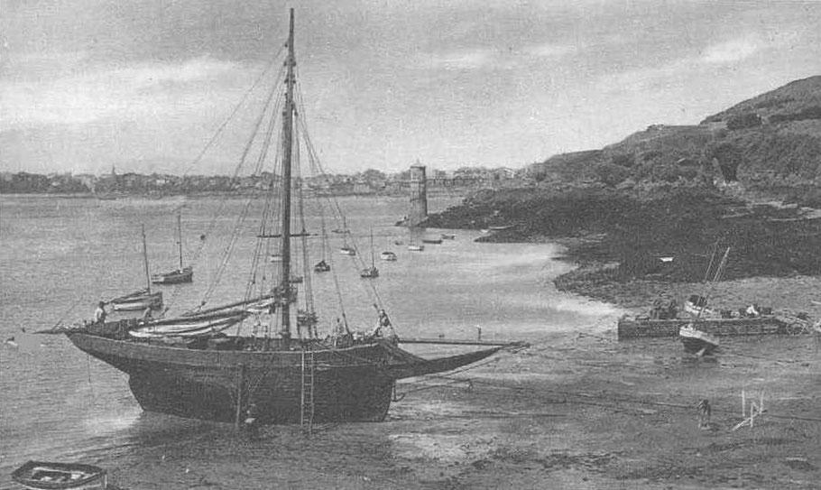 Les loguiviens avaient souvent une échelle à bord pour descendre de leur bateau  à basse mer, au second plan, à la pointe, la tour du marégraphe