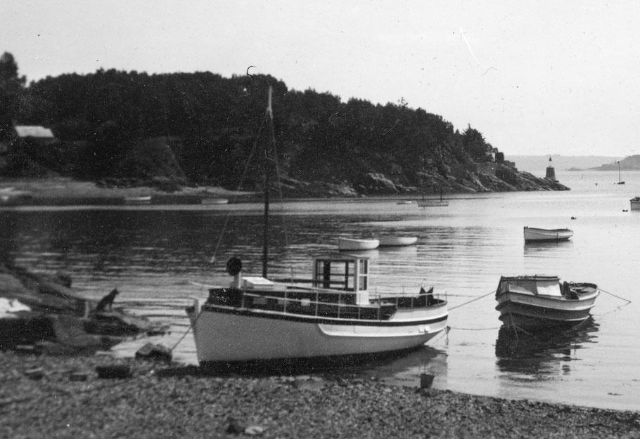 Bien que la passerelle soit différente, une grosse manche à air et un petit mât, je pense que c'est bien le Rêve II  désarmé à Port Clos Bréhat dans les années 50