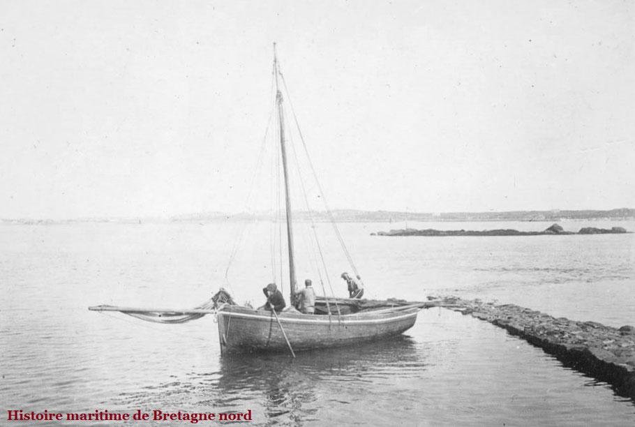 Eté 1896 Roscoff à la cale du Vil, le petit port du passage de l'île de Batz  ces deux photos montre le départ du Courrier de l'île de Batz, de la cale de mis-marée  par petit vent de sud