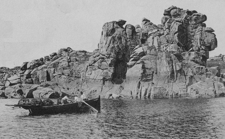 Canot typique de Ploumanac'h le Turene construit en 1897 pour Alain Le Goff mouille ses casiers à l'aviron au pied du rocher du diable. Son gréement de flambart est affalé, il est armé par 3 hommes