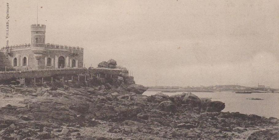 Fort d'Enez Jacopin, remanié en résidence secondaire, deux navires importants sont au mouillage dans le chenal