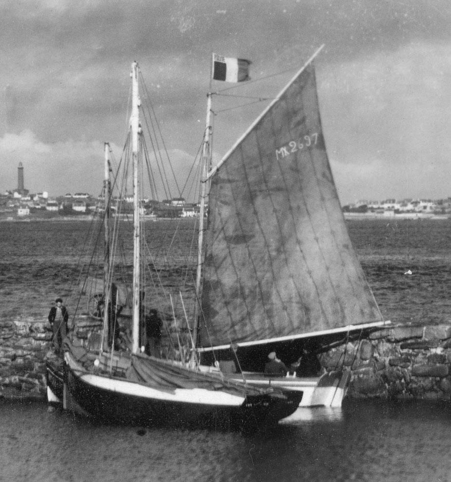 Juste avant la seconde guerre, à la cale du Vil à Roscoff le Coq de l'île au premier plan derrière, sur l'avant  un petit sloup non identifié  et la Mouette Mx 2697 voile établie et pavillon postal, la mouette partira en Angleterre en juin 1940 Coll. PYD