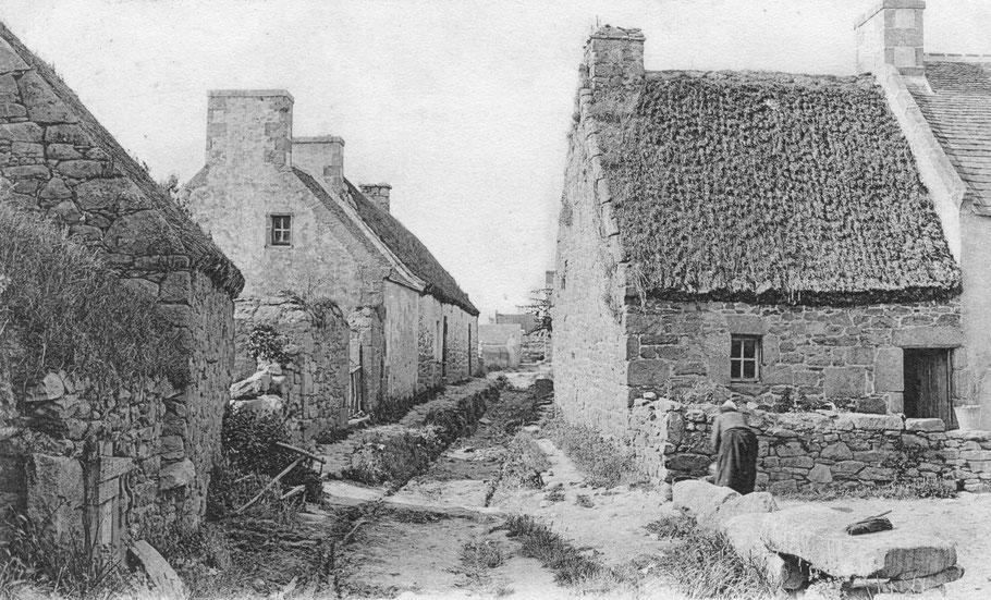 île de Batz, Porz an Eog vers 1905, Françoise Goarnisson a dû vivre toute sa vie dans une bien modeste maison, couverte de chaume avec une port et souvent qu'une seule fenêtre  comme une de celles-ci