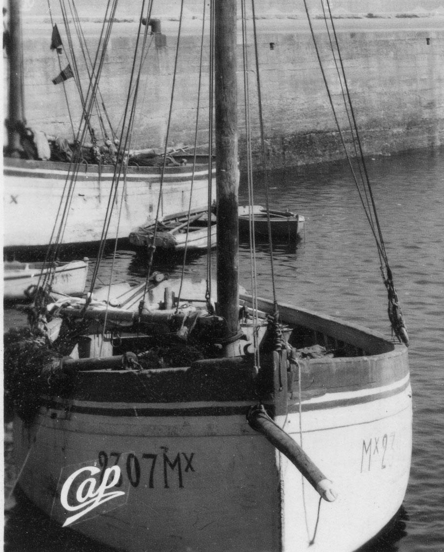 Le Roc'h Glaz Mx2307 à François Maron et un autre grand cordier le long du quai neuf (coll. perso)