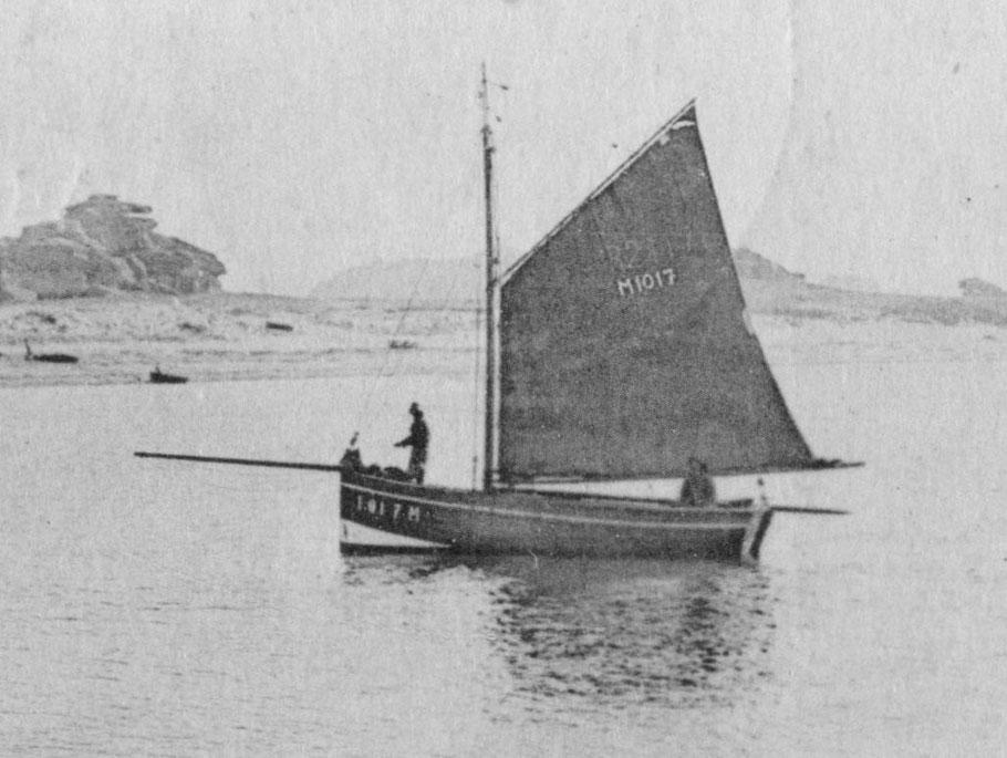 Le M1070 bateau de Moguériec à Trébeurden sous grand-voile arrisée, le matelot debout sur le tillac a affalé la trinquette et se prépare à mouiller fait penser à Victor Tanguy