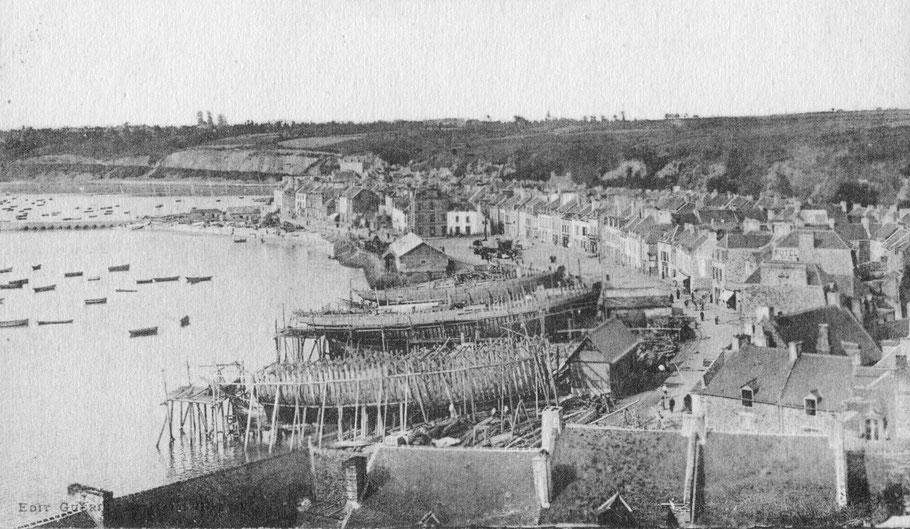 Les chantiers au port de la Houle à Cancale, trois navires en construction, en grande marée le bas des chantiers est sous l'eau