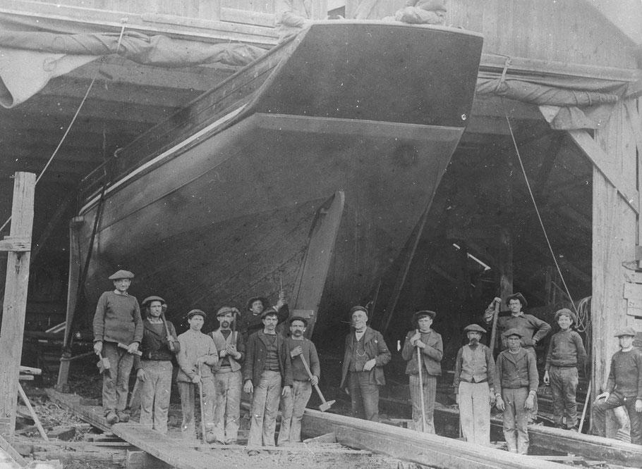 1905,  Le patron du chantier  Anselme Kerenfors et les charpentiers posent juste avant le lancement du sloup « Fleur des Antilles » les formes de ce sloups ponté sont superbes et sont gages d'une bonne marche.  Photo coll privée site Roscoff au quotidien