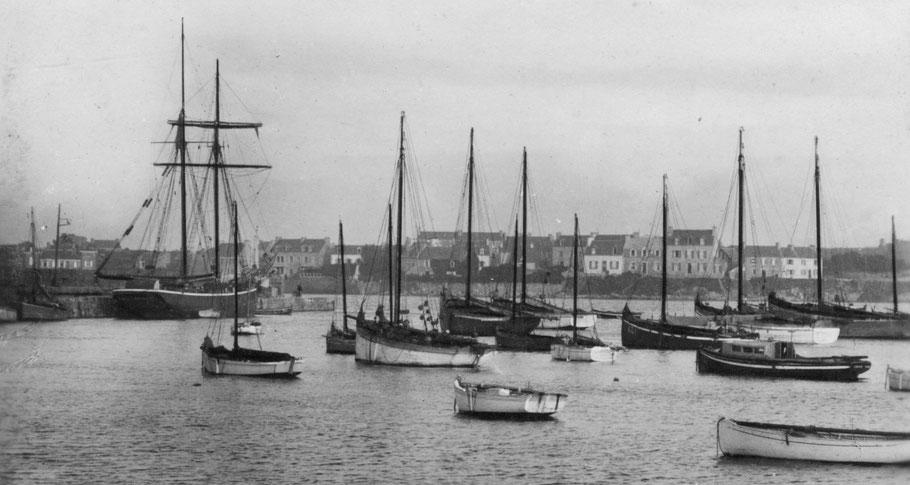 Le port de Roscoff dans les années 30 le long du vieux quai une goélette de cabotage certainement l'Hermann  de Tréguier et au mouillage les grands cordiers de Roscoff (coll perso)