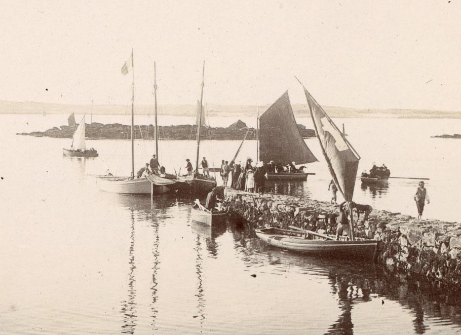 La cale du vil à Roscoff en été 1896, sloups et péniches de passage de l'île de Batz   (Photo collection personnelle PY Decosse)