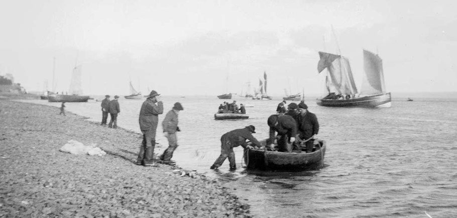 Débarquement des pêcheurs du légué sous la tour, vers 1900 (Photo du Cleuziou archives départementales 22)