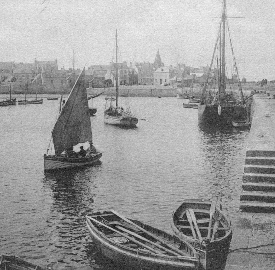 Un ris dans la misaine, ce canot sort du port avec trois hommes à bord, les canots au premier plan certainement destiné au lamanage sont bordés à franc-bord