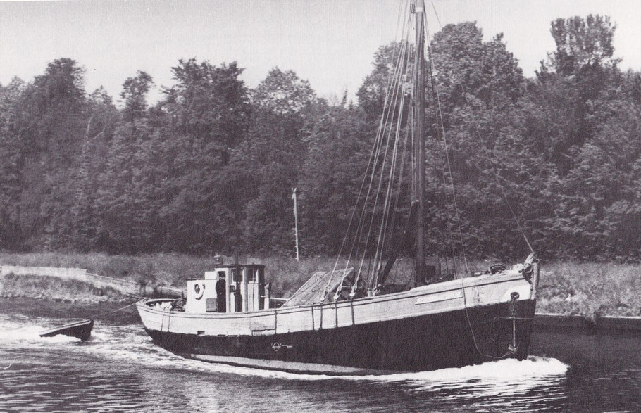 Le « Notre dame du Folgoat », descend à vide la rivière de Morlaix, de 57 tonneaux lancé à Camaret en 1948, il fut le plus grand sablier de l'île de Batz (photo  Henry Kérisit dans Ar Vag Tome 3)