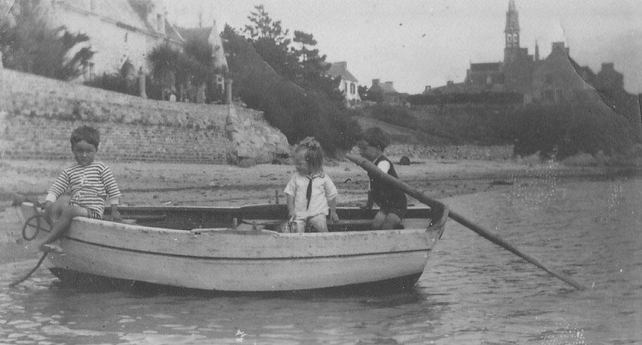 Jeanne avec ses deux amis Jean et Paul Seïté, dans un canot à Pors Kernoc'h, je ne sais si  l'un d'eux est son sauveur,  derrière la petite anse du Culoric