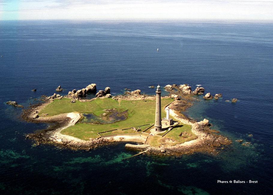 l'île Vierge et ses deux phares (Photo Phares et Balises Brest)