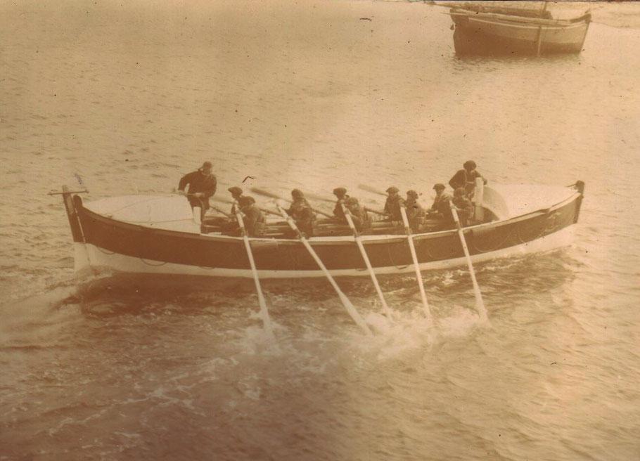 Le canot de sauvetage Armand Behic à l'entrainement dans le port de Roscoff (Coll Vickers Gaillard)