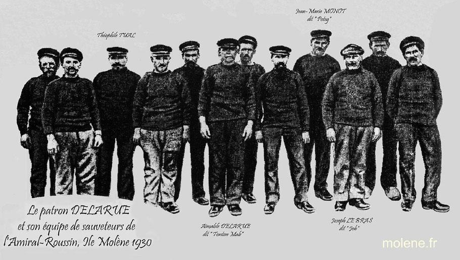 L'équipage du canot de sauvetage de l'île Molène : Amiral Roussin en 1930, on y trouve le patron Aimable Delarue dit Tonton Mab et Théophile Tual comme canotier (Molène.fr)