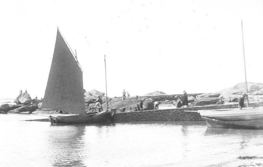Deux flambards à la cale de Trébeurden, des bateaux polyvalents pouvant faire le goémon, le sable ou la petite pêche