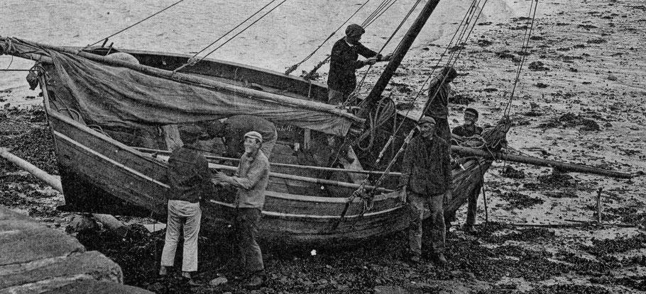 Identifié sur cette CPA par Yann Riou, le sloup Ste Isabelle à Ifig Créach, le mari d'Isabelle en cours de carénage près de la cale de l'île aux Moutons, le carénage est toujours l'occasion de discuter entre marins