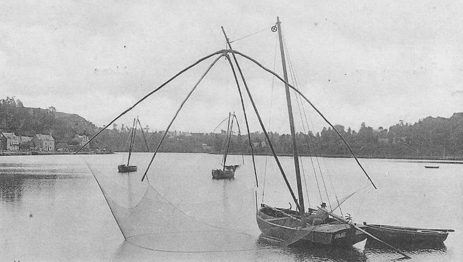 Trois bateaux carrelets à proximité de l'écluse du Chatelier, au premier plan La Marie DIN 1054 à M. Exbourse de Mordreuc en Pleudihen, cette photo riche en détails est une mise en scène de pêche car le Marie n'est pas mouillé sur son ancre et son grappin