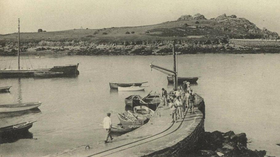 Photo de la cale d'argenton vers 1920 , le mât de charge et la petite voie ferrée, une équipe d'ouvrier et un chaland montrent une activité pour la construction d'autres balises  dans les environs