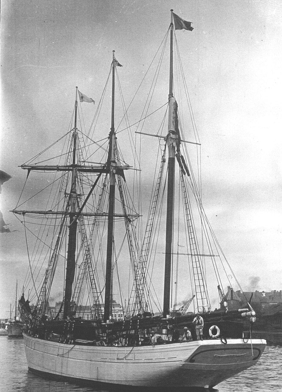 L'Alcyon au port de Deauville en 1929, quel curieux équipage ! (Photo agence de presse Meurisse sur Gallica)