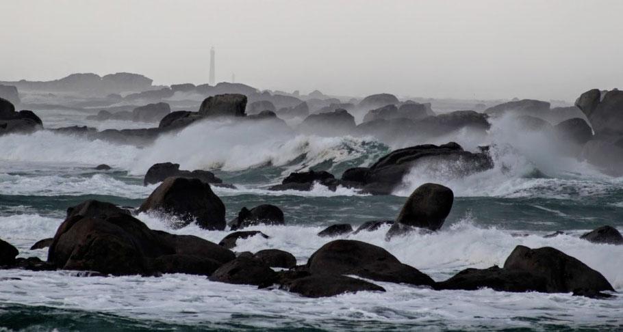 Tempête de févier 2006 à Ménéham, la côte du Pays Pagan est hérissé de rochers (photo site Ménéham)