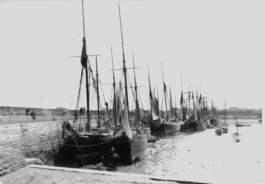Voiliers de cabotage à Roscoff, sloups, sloups à tapecul, dundées et  goélette à hunier, le port de Roscoff est régulièrement dévasé pour augmenter sa profondeur
