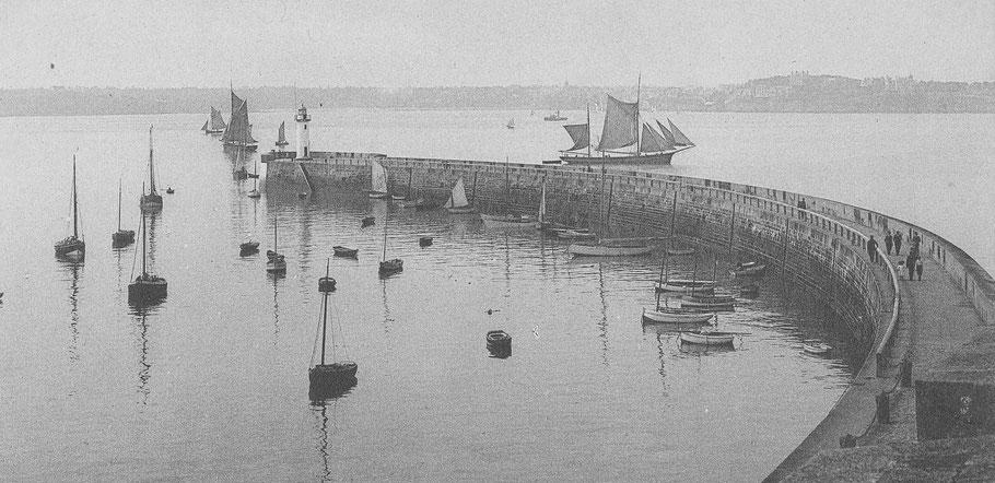 Calme sur le môle des Noires à Saint-Malo, un grand dundée de cabotage établit sa voilure pour faire route