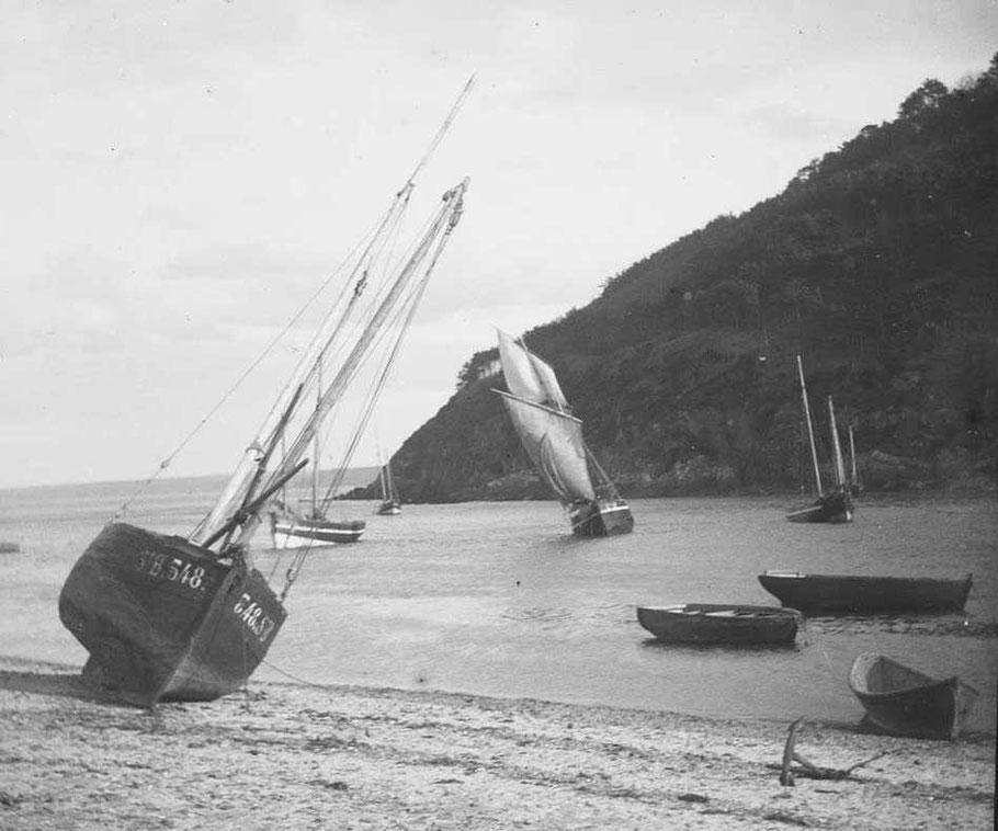 Lougres du Légué St Brieuc au port de sous la tour, port échouage de Plérin, vers 1900 (Photo du Cleuziou archives départementales 22)