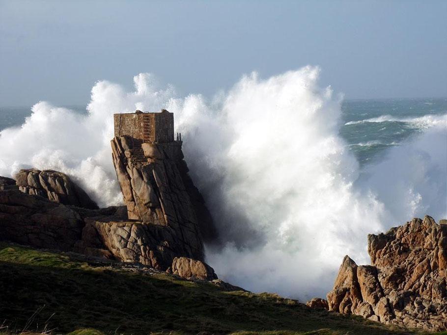 A l'ouest du monde, sur l'île d'Ouessant, à proximité du phare du Creac'h sur un rocher battu par la mer, les restes d'une étrange construction  (Photo Gilles Barbu)