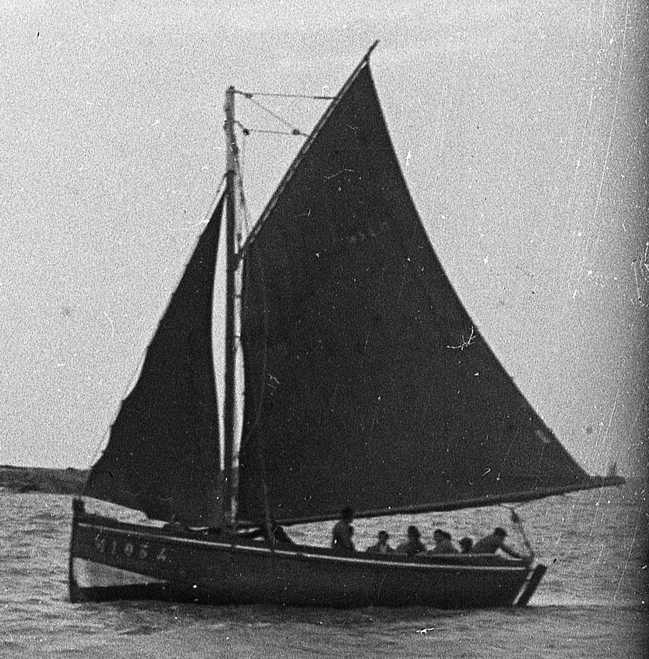 Le St Joseph M1034 construit en 1901 à Carantec 7.37 tx est très proche du Coq de l'île on voit bien la puissance de la grand-voile qui ici est réduite avec un ris (Col. Pierre-Yves Decosse)