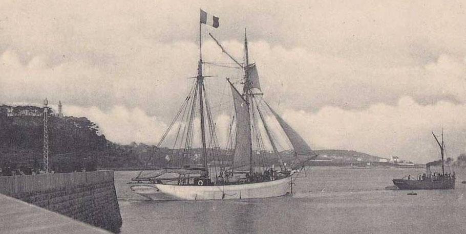 Goélette islandaise sortant en remorque du port de Paimpol