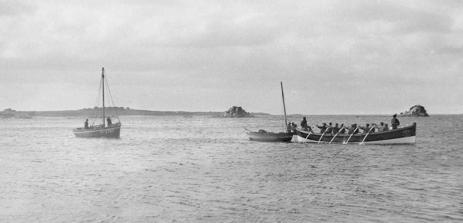 Le canot de sauvetage de Pontusval Georges Bréant passant par l'ancien chenal le canot Renard et le sloup Corentine en remorque,  au second plan l'île Verte et les Bourguignons