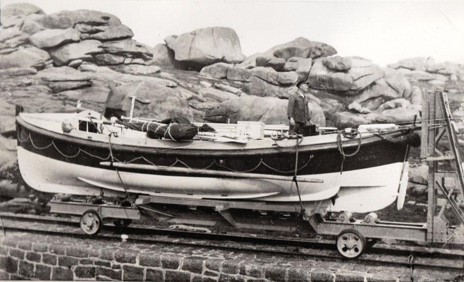Le canot de sauvetage Félix-William Spiers sur sont chariot de lancement sur la cale de Ploumanac'h , de formes proches des canots d'aviron , il était équipé d'un moteur Baudouin de 10 cv et de deux hélices, à bord le mécanicien Yves Limbourg