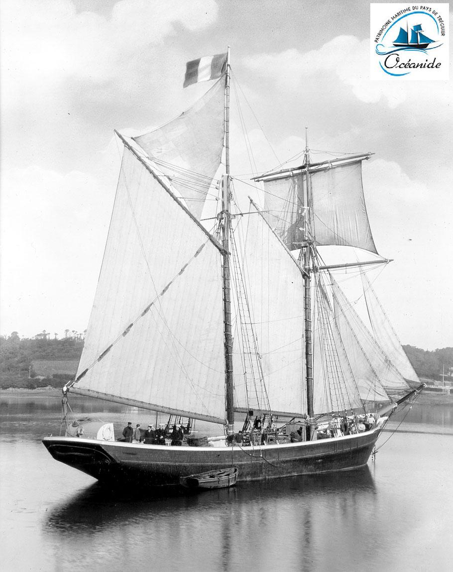 Magnifique photo de la goélette Océanide du capitaine Joseph Nicolas dans la rivière de Tréguier lors de la visite de la famille du capitaine (collection Jacqueline Gibson)