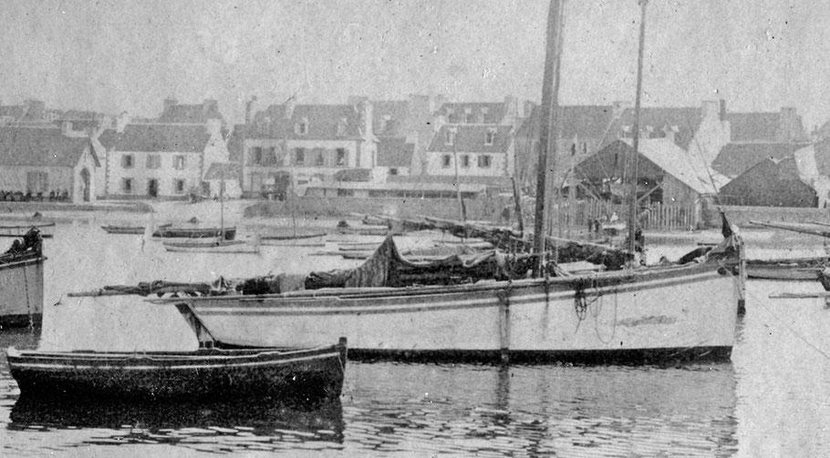 vers 1900 grand sloup roscovite et à l'arrière plan le chantier Kerenfors