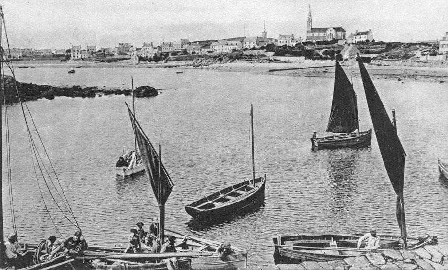 La cale l'île aux Moutons dans le port de l'île de Batz cliché pris entre 1905 et 1911. quatre péniches avec leur misaine bien apiquée et leur nombreux bancs