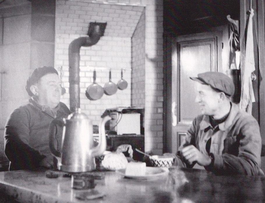 Les deux gardiens en 1949 Michel Malgorn et René Ami dans la cuisine du Phare de Kéréon, l'arrivée des naufragés en 1917 a dut rompre la monotonie des gardiens