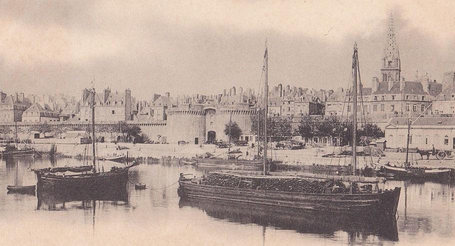Le port à marée devant la grande porte, un gauche un bocq avec sont allure archaïque, au centre un chaland de rance et le long du quai un autre bocq qui a grée sa corne de charge