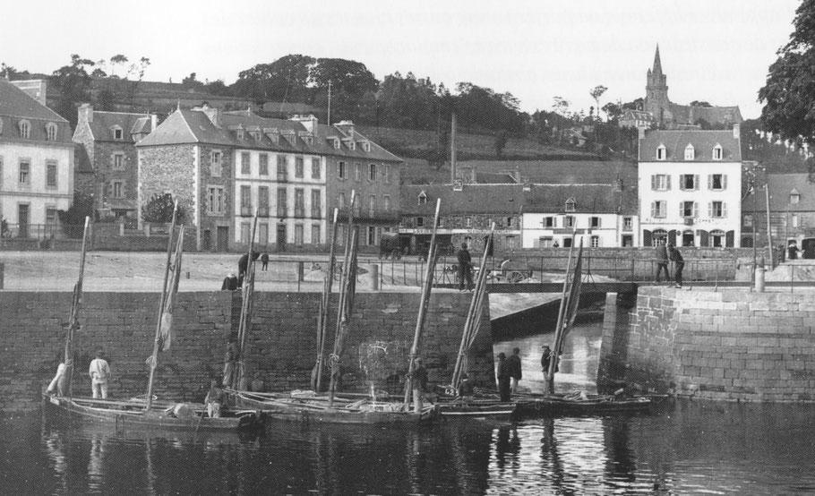 Quatre bateaux sabliers attendent l'ouverture du pont roulant pour entrer dans l'anse de Viarmes (Photo livre André le Person « Lannion un port sur le Leguer »)