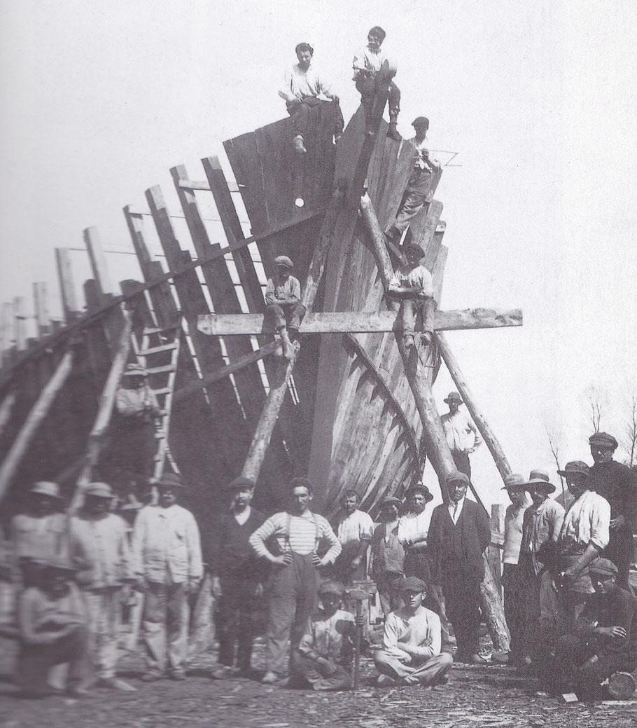 Une partie des charpentiers du chantier Bonne à Poulafret Kérity Paimpol, devant une goélette pour Islande, les chantiers emploient beaucoup de monde : charpentiers , perceurs, scieurs de long, calfats, forgerons