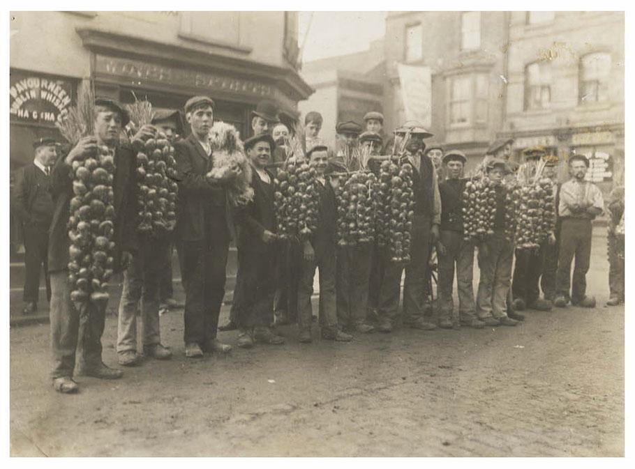 Des compagnies de johnnies débarquaient dans toutes les villes de Grande-Bretagne pour vendre les oignons en faisant du porte-à-porte, ici à Cardiff en 1910