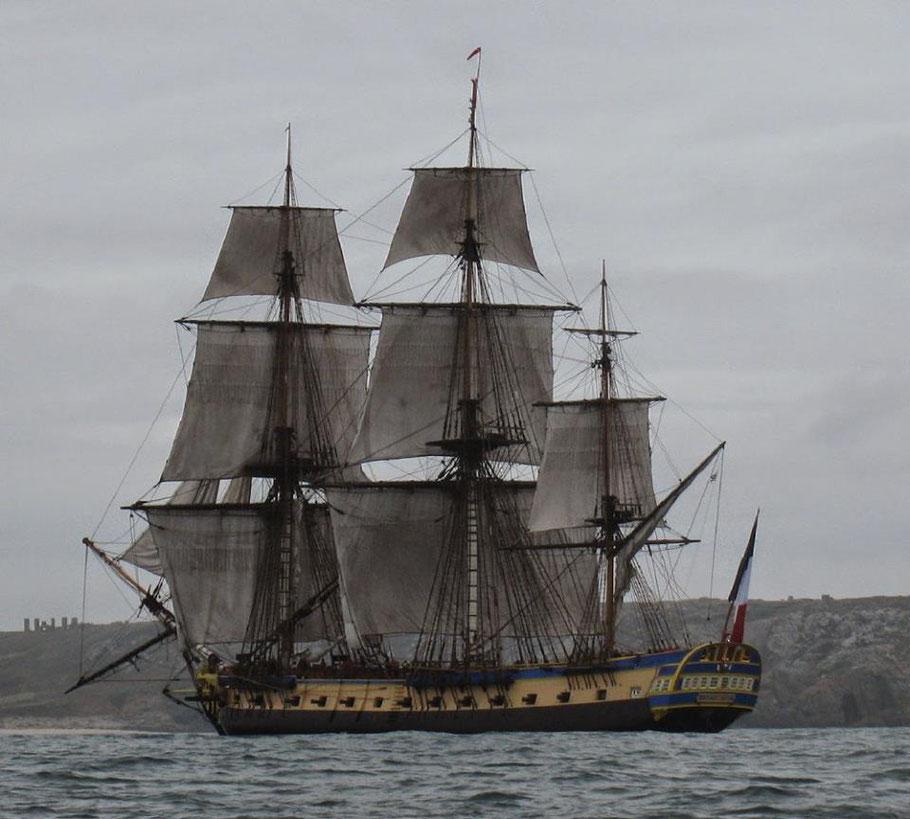 L'Hermione approchant du goulet de la rade de Brest à l'automne 2014