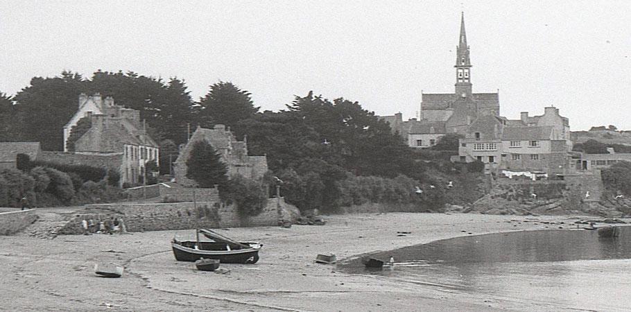 Quartier de Kernoch le long du port, la maison des Créach était la maison  à la façade blanche, cette maison avait été, au préalable, le premier bureau de poste de l'île
