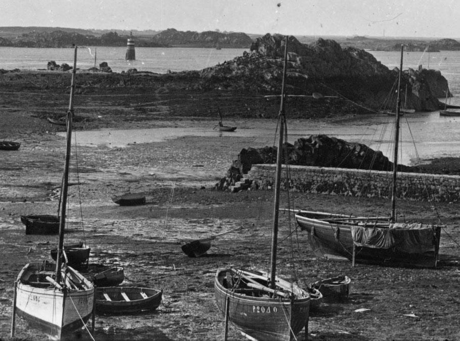 Le bateau du pilote Floury était certainement comme ces sloups homardier de Loguivy vers 1900, un modeste bateau creux de 7 à 9 tonneaux.