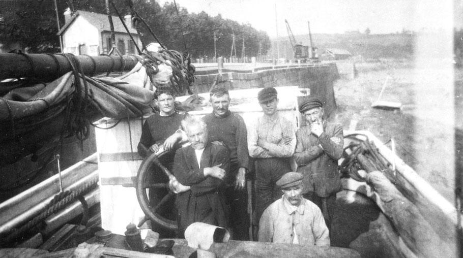 A bord du dundée Idéal au quai à Tréguier, au centre devant la barre à roue le capitaine François Meudal, on peut penser que son équipage habituel est debout derrière lui et que les deux anciens sur la droite ont été embauchés comme experts du thon